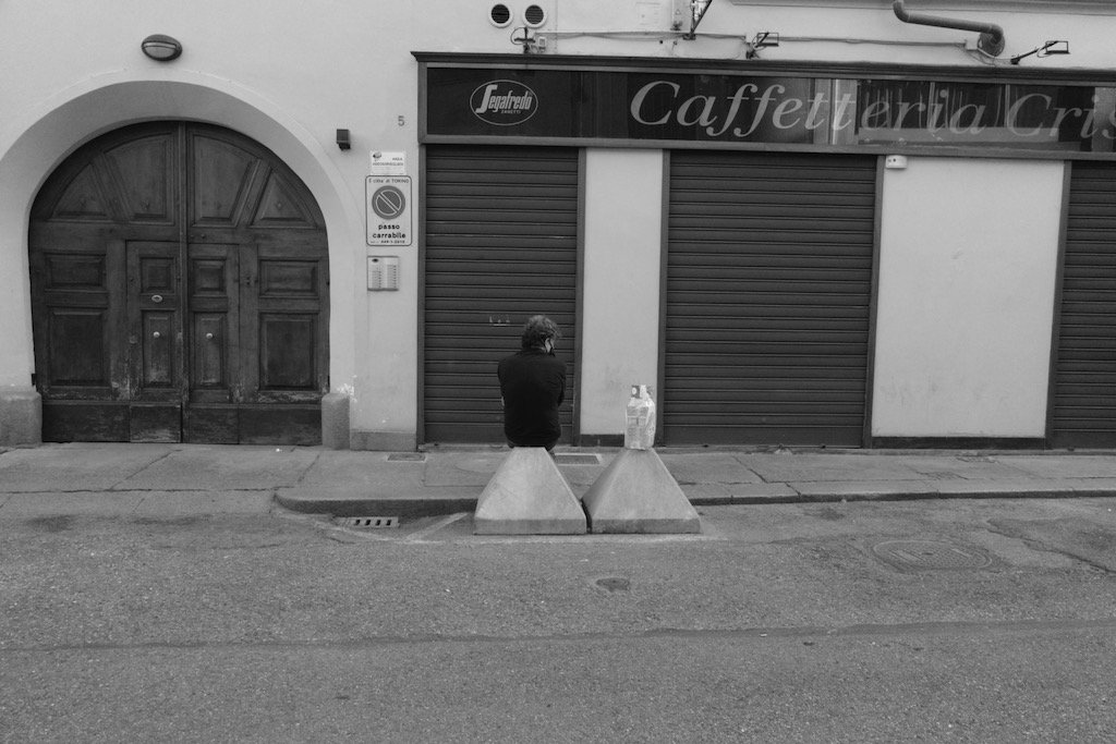fotografia in bianco e nero uomo di schiena